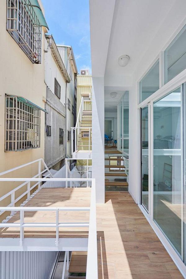 Khác với những căn nhà bình thường, ngôi nhà này có thiết kế cầu thang ngoài trời khá lạ và độc đáo.