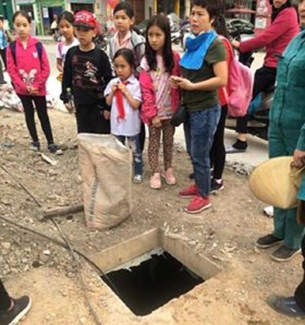 Bị ngã xuống hố cống, một học sinh tiểu học thoát chết