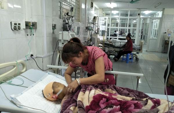 Em Vàng Xuân Bảo đang được cấp cứu tại Bệnh viện Đa khoa tỉnh Lào Cai. Ảnh: Phương Thảo