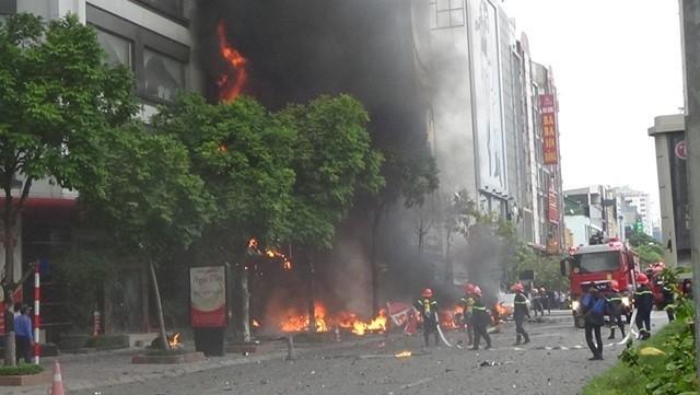 Cảnh sát chữa cháy mặt trước quán karaoke ở phố Trần Thái Tông.