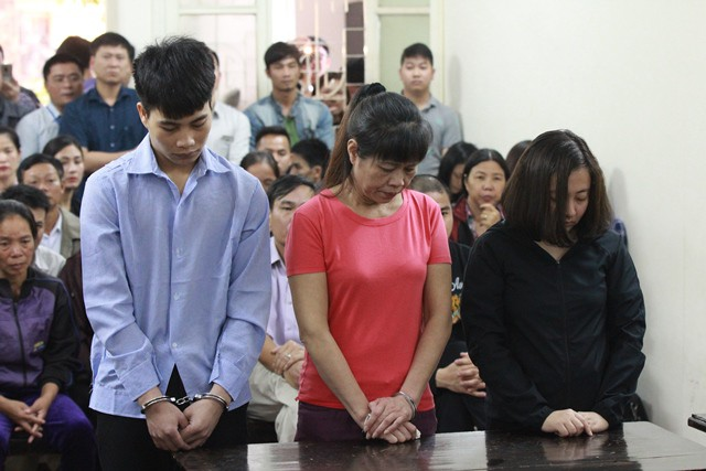 Từ trái qua: Bị cáo Tuấn, Thì và Linh trả lời xét hỏi.