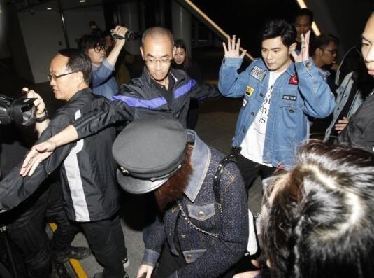 Châu Kiệt Luân huy động 10 vệ sĩ bảo vệ vợ 9X khi đi ăn tối