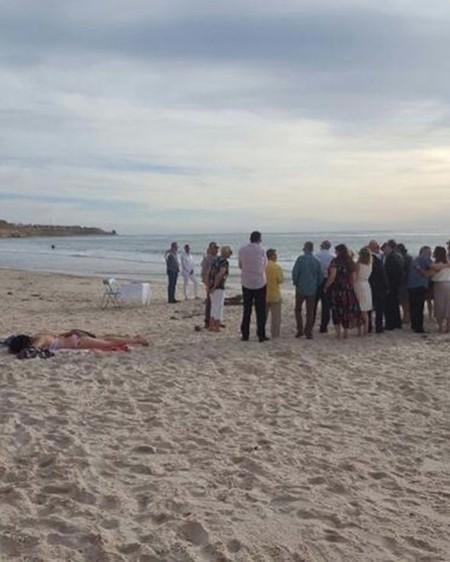 Hình ảnh gây tranh cãi: Cô gái nằm phơi nắng mặc đám cưới diễn ra bên cạnh