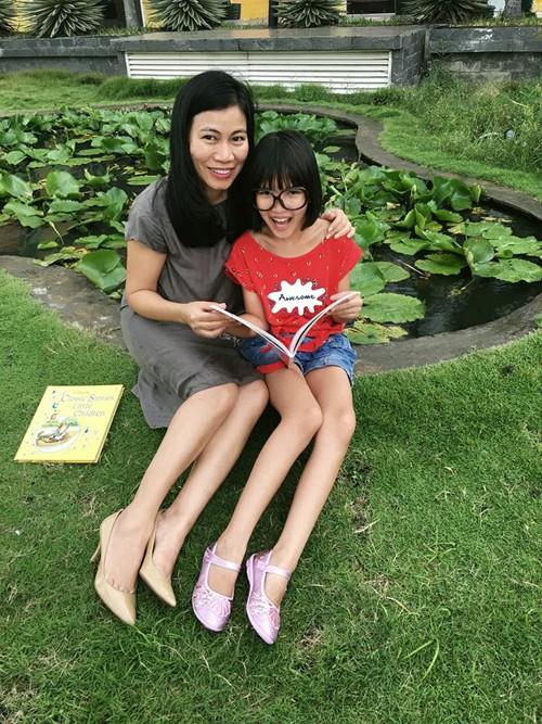 Chị Hà cùng con gái tham gia lớp Sơ cấp cứu và thoát hiểm của chuyên gia người Australia để có thêm kiến thức cho bản thân.