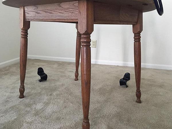 Gia đình này còn đen đủi hơn khi đặt tới 2 chiếc ghế nhưng lại chẳng có chiếc nào ngồi vừa cả.