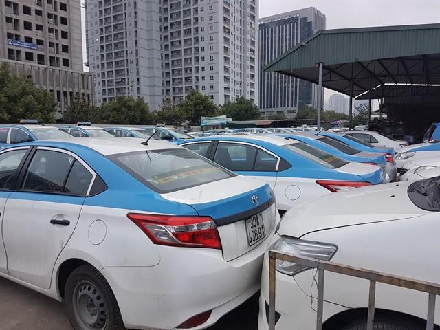 Liền kề cây xăng là hàng trăm chiếc taxi của hãng. Nếu không may xảy ra cháy nổ, không ai biết chuyện gì sẽ xảy ra?.