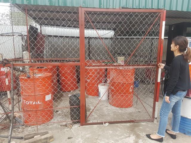 Cùng vô số téc dầu được cất trong một kho sát kề cây xăng.