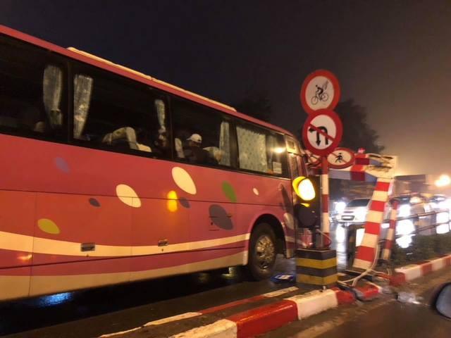 Hà Nội: Xe khách 45 chỗ chở học sinh đâm đổ khung chắn chiều cao cầu vượt Thái Hà - Chùa Bộc