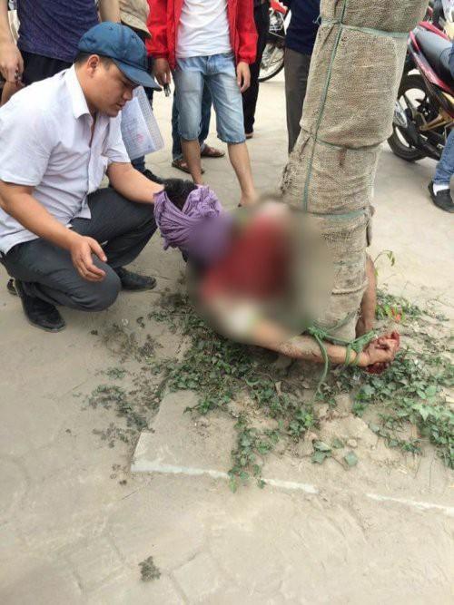 Hà Nội: Nam thanh niên cố lao đầu vào ô tô tự tử