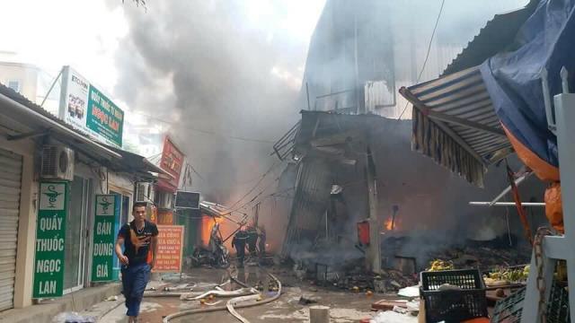 Đám cháy thiêu rụi nhiều ki ốt thuộc tầng 1 và làm sập mặt sàn tầng 2 của khu chợ Quang.