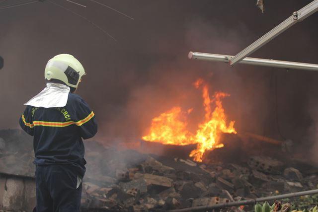 Trong một ngày, lực lượng PCCC phải vất vả để dập lửa ở nhiều địa điểm. Ảnh: Nhật Tân