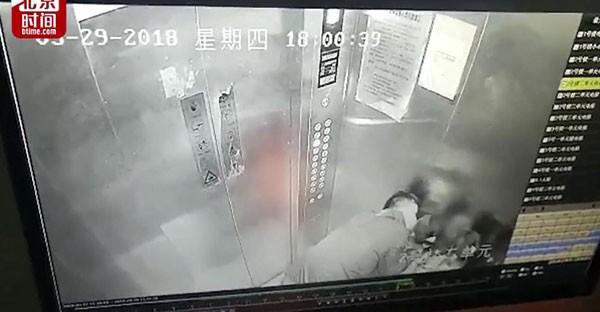Hai bé gái đi thang máy bị 'yêu râu xanh' lẻn vào cưỡng hôn
