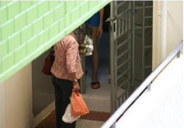 Mẹ 70 tuổi hàng ngày bắt xe buýt đưa cơm cho con gái góa chồng