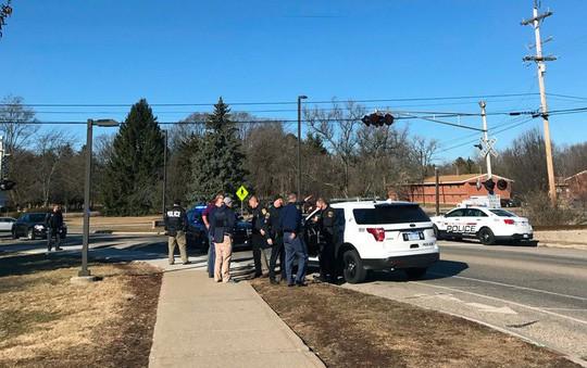 Lực lượng cảnh sát bên trong khuôn viên CMU. Ảnh: AP