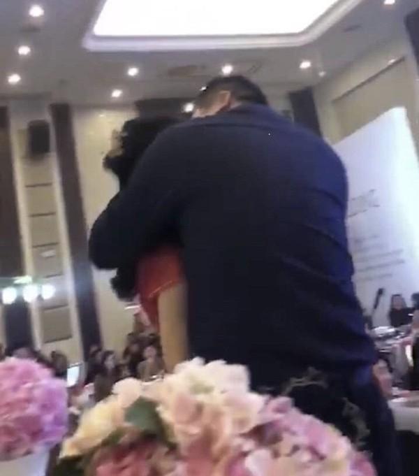 Cô dâu bị chính bố chồng cưỡng hôn trong đám cưới.