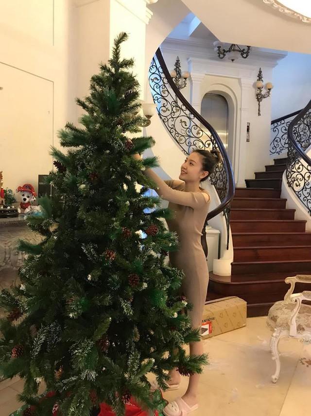 Thiết kế bên trong căn biệt thự lộ diện khi Ngọc Duyên khoe ảnh trang hoàng Giáng sinh.