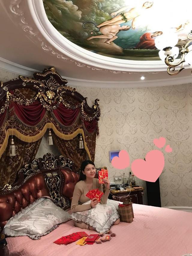 Phòng ngủ lộng lẫy xa hoa.