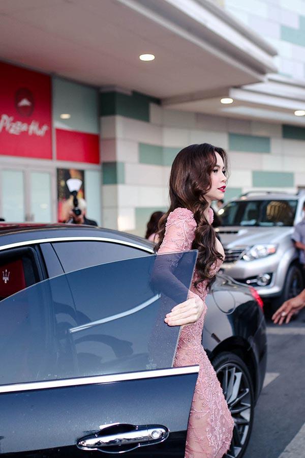 Hồ Ngọc Hà mặc gợi cảm, công khai tình tứ với Kim Lý trước đám đông