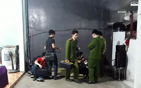 Công an huyện Quốc Oai khám nghiệm hiện trường vụ án mạng tại gia đình anh Bùi Văn Vương (Ảnh: ANTD).