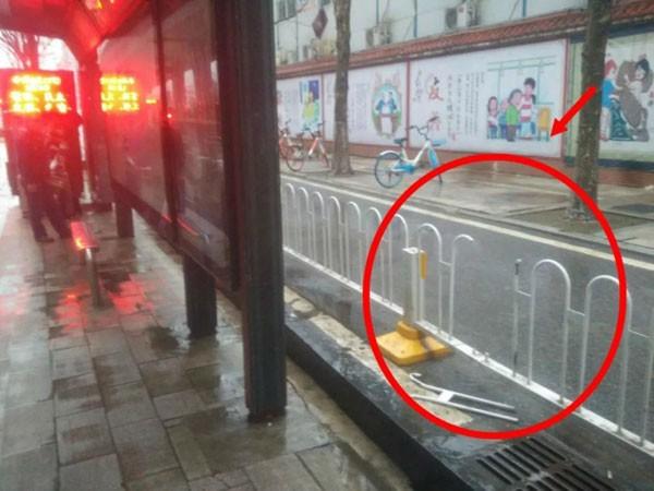 Đoạn hàng rào bị cắt bỏ sau tai nạn.