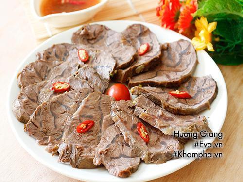 Dùng gừng nướng xát vào thịt bò để giảm mùi gây