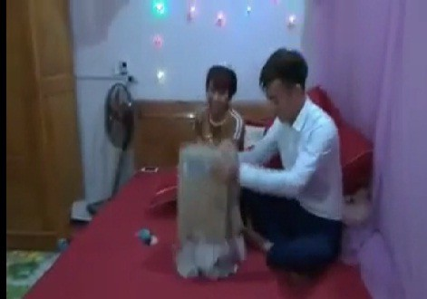 Nhóm bạn thân mừng cô dâu chú rể 1,4 kg tiền lẻ trong ngày cưới