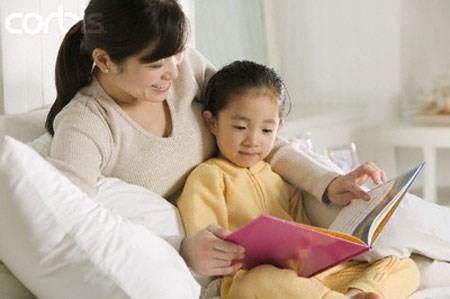 Đọc những cuốn sách trẻ thích để tạo hứng thú cho trẻ sau một kỳ dài sau Tết. Ảnh minh họa