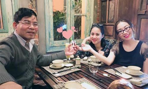 Ba bố con chị Phương kỷ niệm ngày cưới của bố mẹ với di ảnh mẹ quá cố.