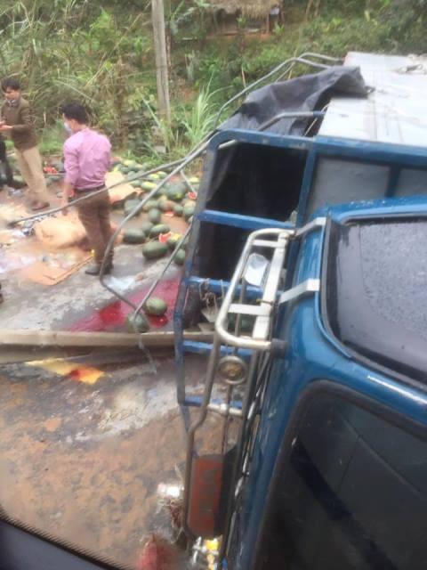 Sau khi xe bị lật, rất nhiều dưa hấu rơi xuống đường.
