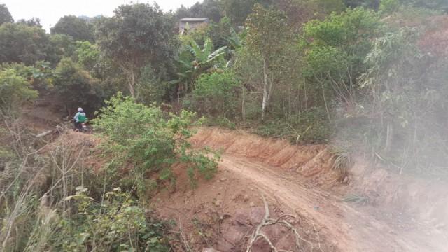 Đường dẫn vào thôn Khe Sâng - Nơi sinh sống của gia đình nạn nhân và nghi phạm. Ảnh: PV