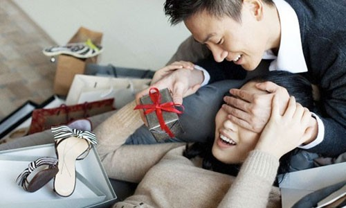 Chị em phụ nữ vẫn mong nhận được những món quà bất ngờ từ chồng. Ảnh: womanday.