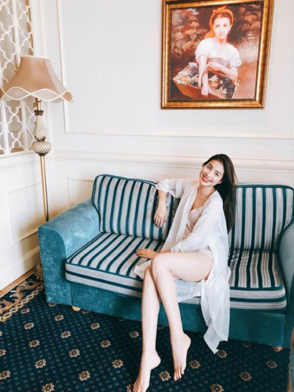 Hoa hậu Hoàn vũ Việt Nam 2015 không ngại diện đồ ngủ mỏng tang lộ đôi chân dài miên man, nuột nà