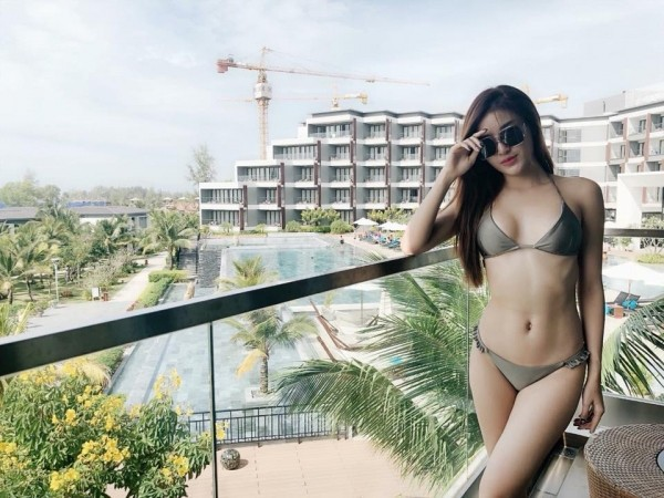 Huyền My có vẻ ngoài mong manh yểu điệu nhưng khi diện bikini, cô cho thấy mình cũng có những múi cơ đẹp tuyệt.
