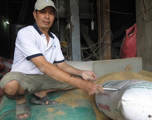 Ông Lê Quang Thắng, chủ nhà máy xay xát ở xã Phước Hưng (huyện Tuy Phước, tỉnh Bình Định), vẫn đang cố gắng tìm người mất vàng để trả lại. Ảnh: Tuổi trẻ