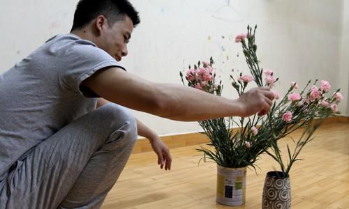 Chị Nhung (Mỹ Đình, Hà Nội) đi làm về phát hiện ông chồng cả đời không mua hoa đang cắm hoa vào hộp sữa bỏ đi của con. Sau đó, chị phải bắt anh cắm lại vào bình, cho đúng nghĩa quà 8.3. Ảnh: Phan Dương.