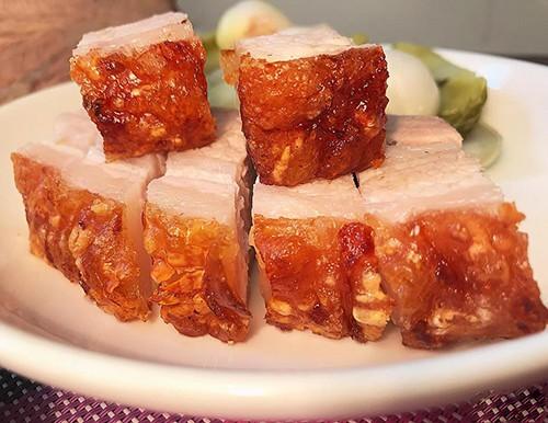 - Thịt chín giòn đều thì lấy ra chặt miếng vừa ăn và trang trí tuỳ thích.