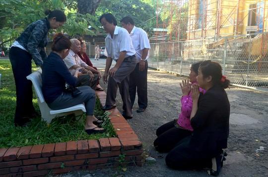 Trong phiên tòa xét xử ngày 18/7/2016, bà Thi đã quỳ xuống, thay mặt con trai mình xin lỗi gia đình người bị giết hại. Ảnh: Lê Phong