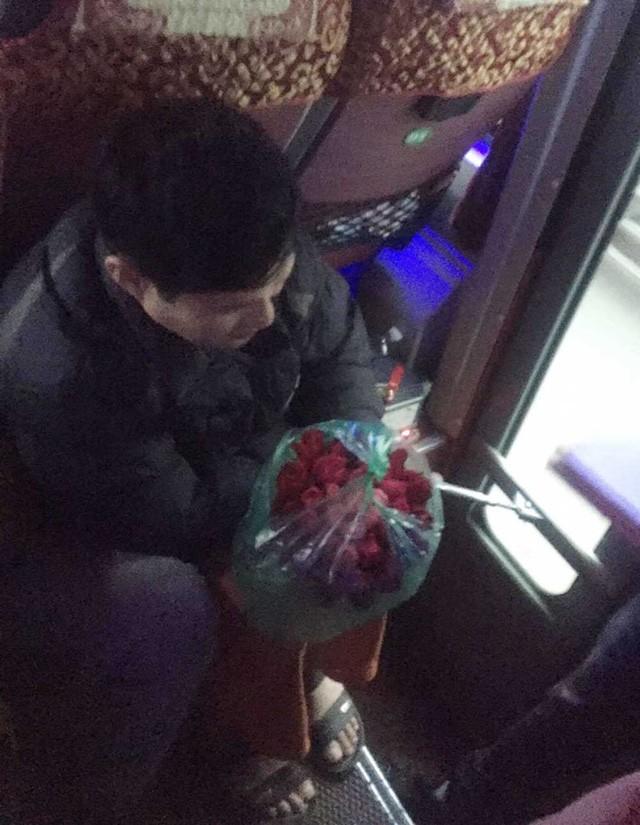 Hình ảnh người đàn ông nâng niu bó hoa hồng trên xe khách. Ảnh: NVCC