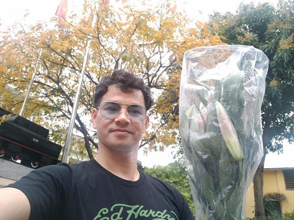 Xuân Bắc khoe bó hoa ly được tặng nhân dịp mùng 8/3.