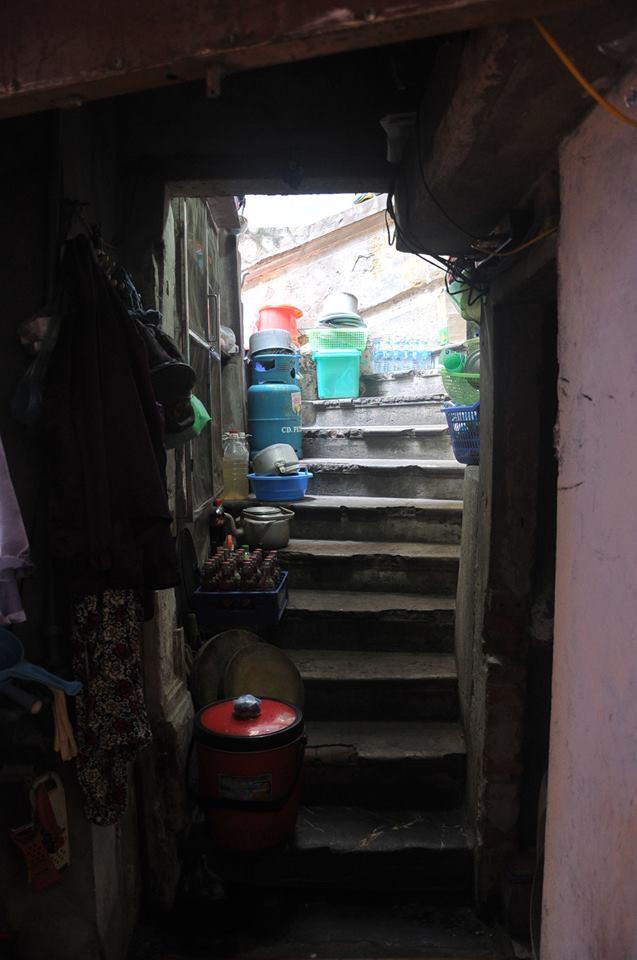 Bếp ga đặt ngay cầu thang tại nhà số 1 Tôn Đản.