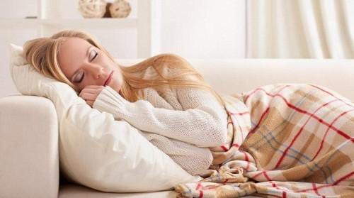 Nằm gối cao khi ngủ được các bác sĩ khuyên nên áp dụng với những người bị trào ngược. Ảnh minh họa