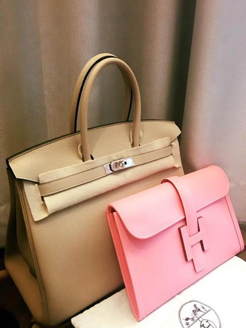 Hoa hậu hàng hiệu tiếp tục làm mới tủ đồ bằng những thiết kế mới nhất của hai nhà mốt hàng đầu là Hermes và Louis Vuitton. Với đẳng cấp hàng đầu, các mẫu túi Hermes Birkin luôn được sao Việt săn đón, và Mai Phương Thúy cũng không ngoại lệ.