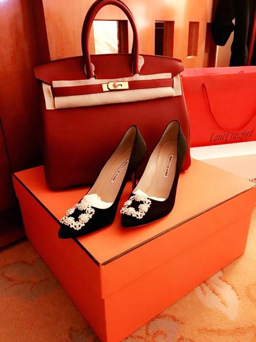 Dù trước đó đã sở hữu mẫu túi Hermes đỏ, Mai Phương Thúy vẫn tậu thêm mẫu Birkin màu be vì quá yêu thích kiểu dáng và chất liệu thuộc da của hãng này. Ngoài chiếc túi có giá khoảng 400 triệu đồng và chiếc clutch Hermes hồng xinh xắn có giá 60 triệu đồng, cô nàng cũng nhanh tay nhấc về hai đôi sneaker của thương hiệu Louis Vuitton và hai chiếc áo blazer sang trọng đắt xắt ra miếng.