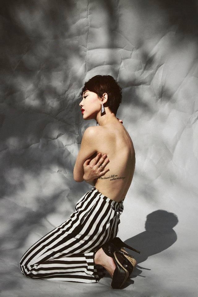 Hình ảnh nóng bỏng bán nude khoe hình xăm của Tóc Tiên