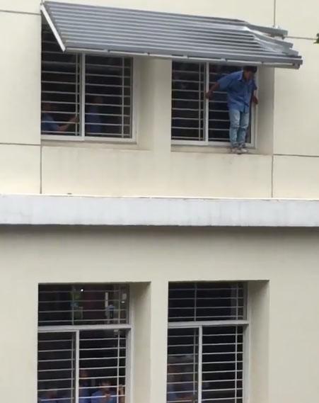 Giải cứu sinh viên bị mắc kẹt khi nhảy từ tầng 3 tự tử