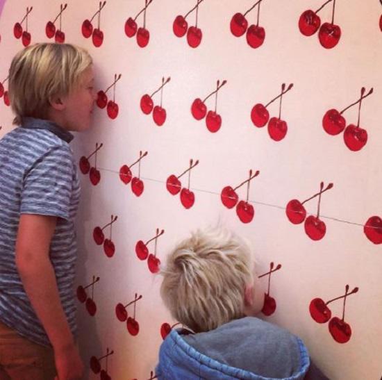 Giấy dán tường Scratch n Sniff Wallpaper họa tiết độc đáo, sinh động lại có thể phát ra mùi hương từ họa tiết in trên giấy.