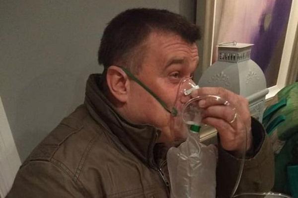 Anh Pattick phải thở oxy do trước đó bị hít nhiều khói cháy, gia đình anh đã may mắn thoát chết.
