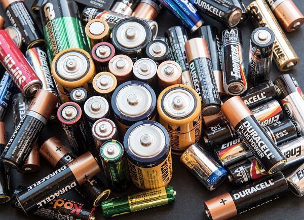 Pin có chứa nhiều chất hóa học độc hại, chẳng may bị đốt cùng rác thải khác sẽ gây hại cho sức khỏe, dẫn đến các bệnh nguy hiểm.
