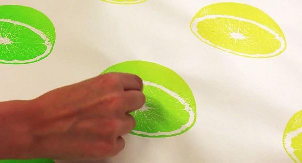 Chà nhẹ tay lên họa tiết in trên giấy, bạn sẽ ngửi ngay thấy mùi hương hấp dẫn.