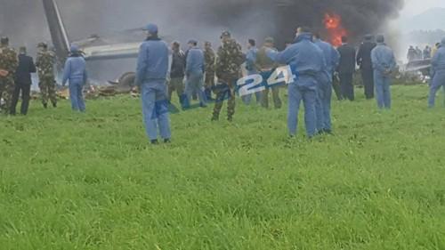 Lực lượng cứu hộ có mặt tại hiện trường, chiếc phi cơ vẫn bốc cháy. Ảnh: ALG24.